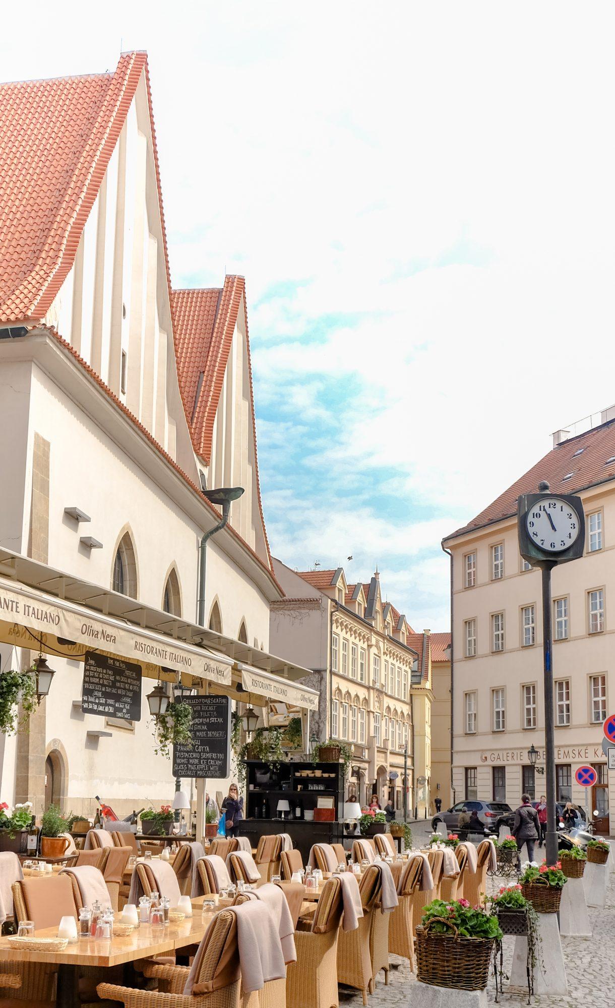 Petit détour pas une place calme de Prague