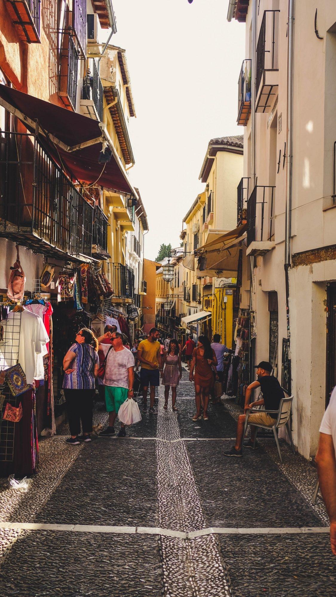 Grenade - Rue commerçante dans l'Albacin