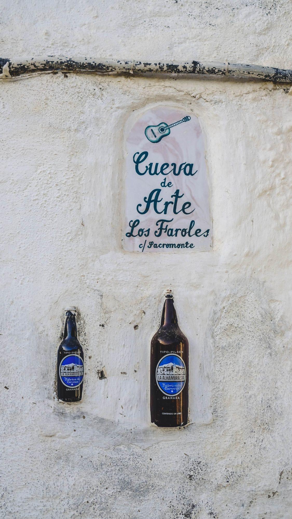 Bouteille dans les murs du quartier de Sacromonte à Grenade
