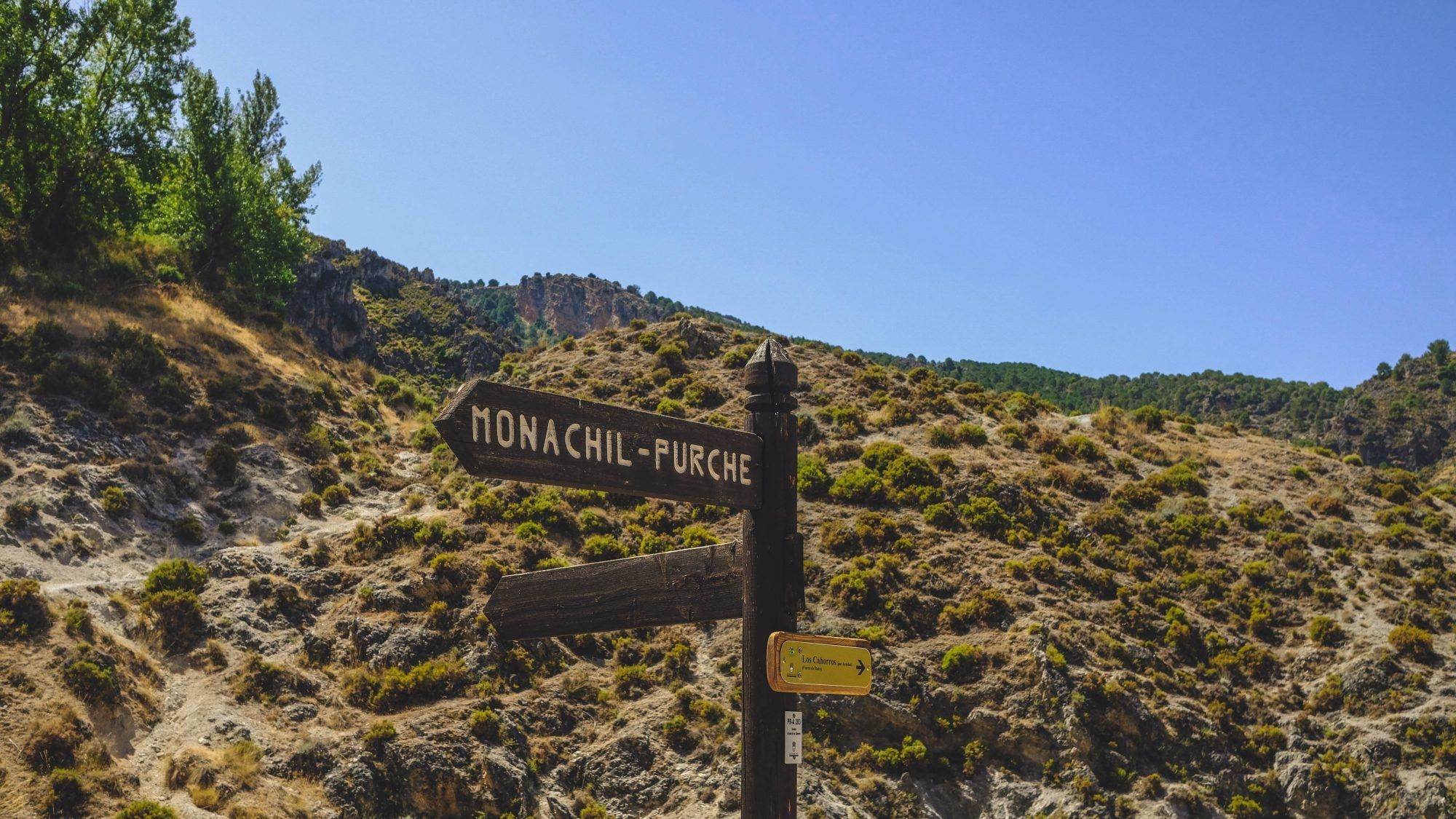 Panneau du circuit de la randonnée de los cahorros de monachil dans la sierra nevada Andalousia