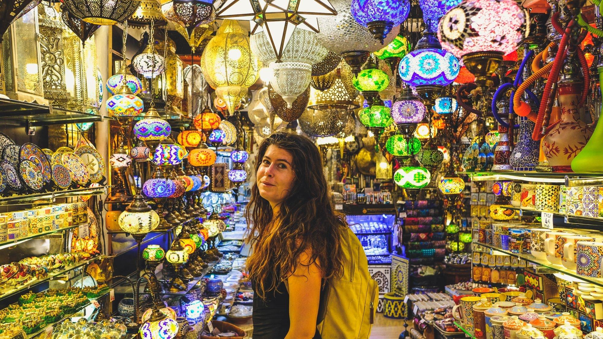 Mimi dans une boutique de lanterne à Grenade