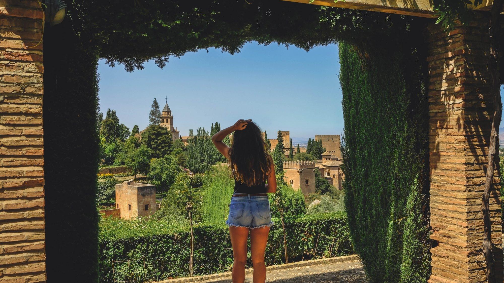 Mimi qui regarde les palais Nasrides au loin
