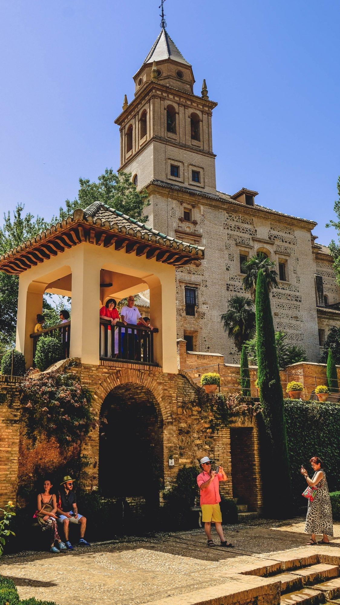 Touristes dans les jardins de l'Alhambra