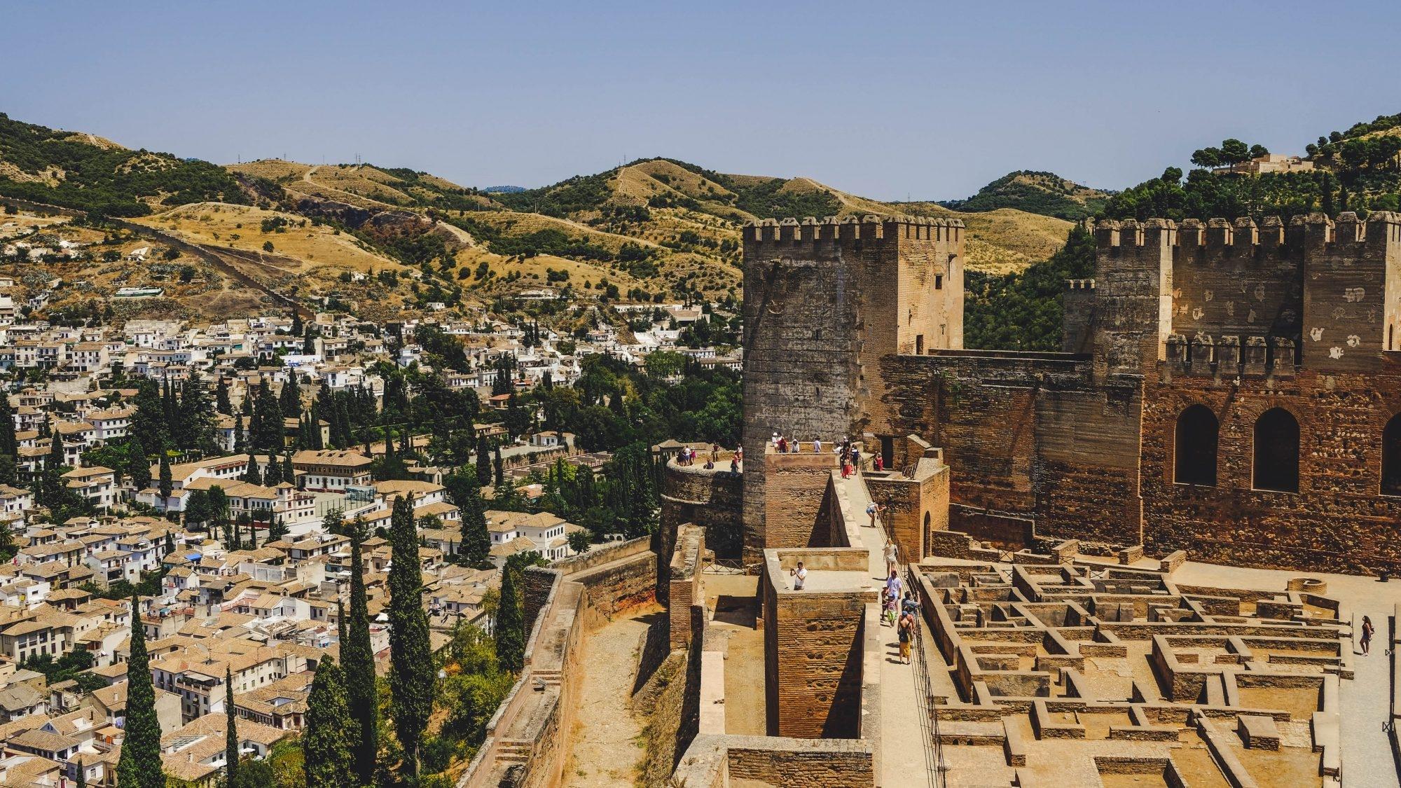 Vue sur l'Alcazaba et les anciens murs d'enceinte