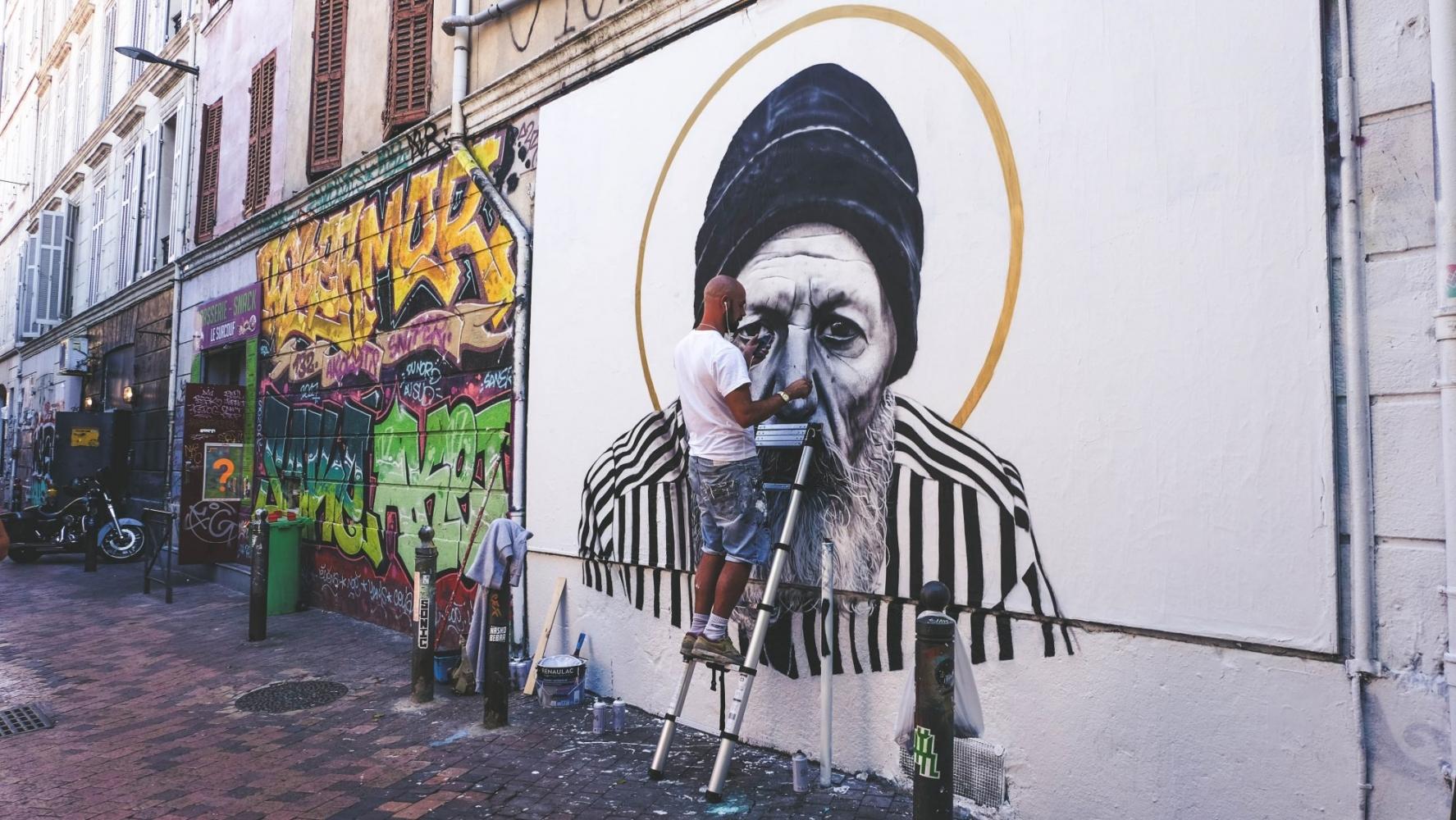 Cour Julien Marseille avec un street artist Swed Oner