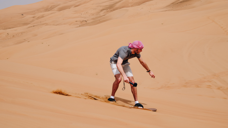 Sandboard dans le désert de Dubai